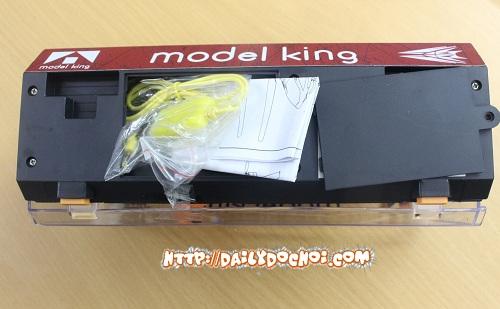 Hình ảnh phụ kiện của M16 đựng phía dưới hộp
