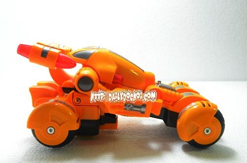 Cận cảnh chiếc oto lắp ráp thành robot 4  bánh